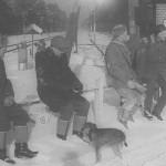 Zbiórka na dworcu PKP przed polowaniem (drugi z lewej z opuszczoną głową Stanisław Szydłowski)