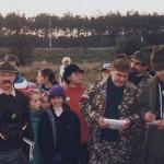 Irek Minta i Zdzisław Czerwiński podsumowują konkurs wiedzy łowieckiej na zakończeniu rajdu hubertowskiego w 1995 roku
