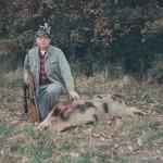Kaziu Kolanowski z łaciatym dzikiem