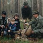 Kol. Zdzisław Musiał z prawej wraz z osobami towarzyszącymi przy odstrzelonym byku